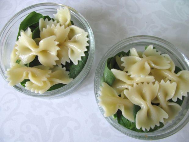 Mini sałatki z makaronem, cukinią i szpinakiem