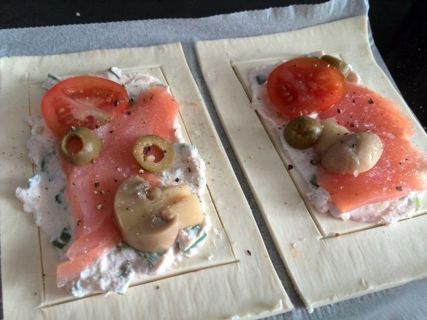 Mini tarty z wędzonym łososiem