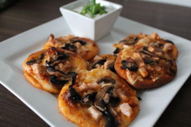 Minipizze z mozzarellą i suszonymi pomidorami