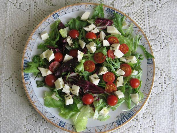 Mix sałat z mozarellą i pomidorkami koktajlowymi