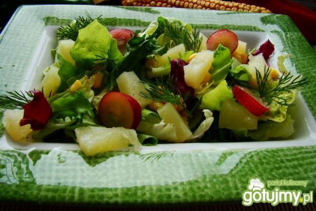 Mix sałat z owocami i sosem ziołowym