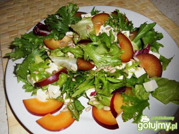 Mix sałat z serem i śliwkami