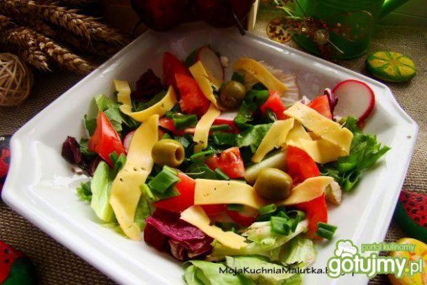 Mix sałat z serem żółtym i oliwkami