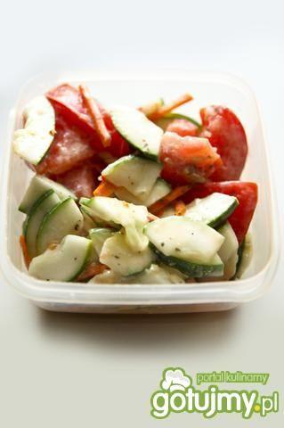 Mizeria z pomidorem i marchewką