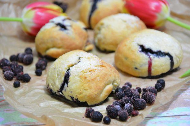 Mleczne mini bułeczki z jagodami i cukrem