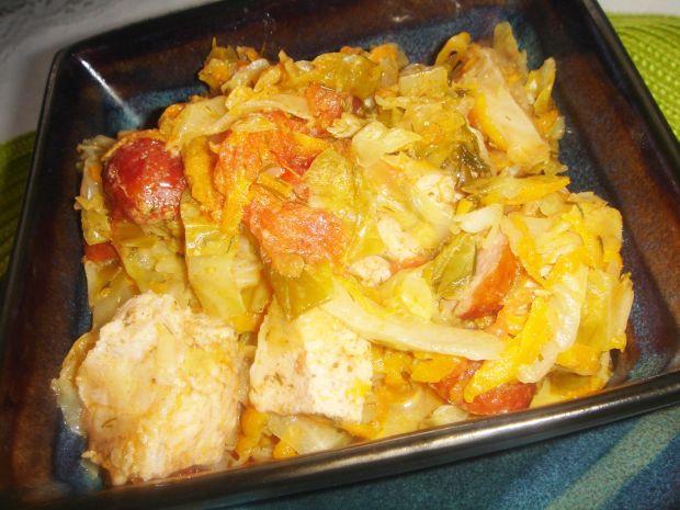 Młoda kapusta ze schabem, kiełbasą i pomidorami