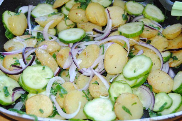 Młode ziemniaki z ogórkiem