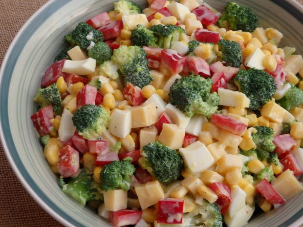 Mocno czosnkowa sałatka brokułowa