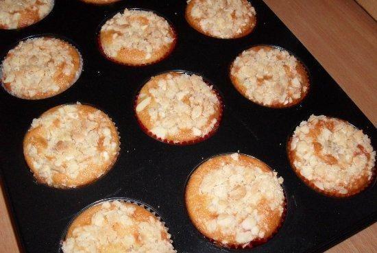 Morelowe muffinki z migdalowa kruszonka.