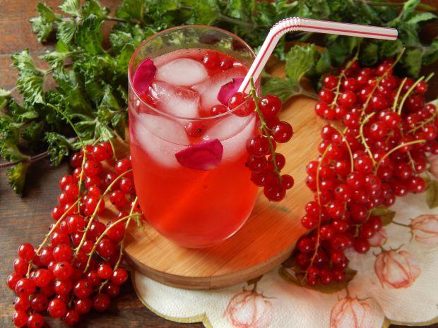 Mrożona herbata różana z czerwoną porzeczką