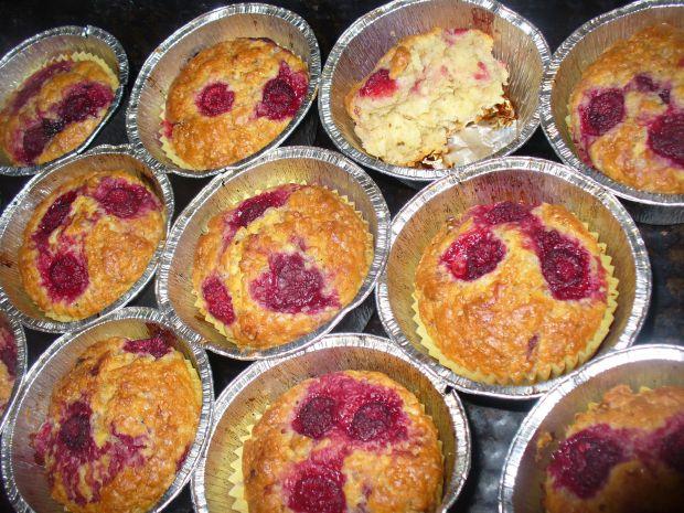 Muffinki orzechowe z malinami
