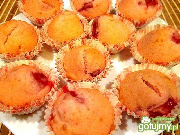 Muffinki truskawkowe z białą polewą