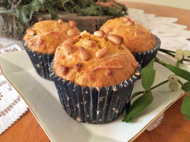 Muffinki z czerwonym pesto i orzeszkami piniowymi