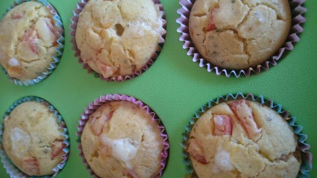 Muffiny bazyliowe z pomidorem nadziewane mozzarellą