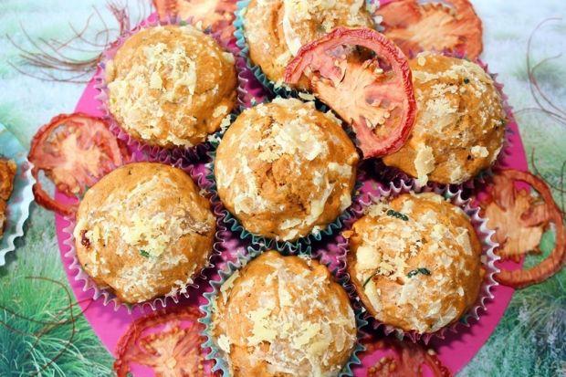 Muffiny pomidorowe z serem i szynką