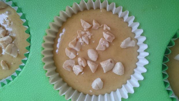 Muffiny z masłem orzechowym i solonymi orzeszkami