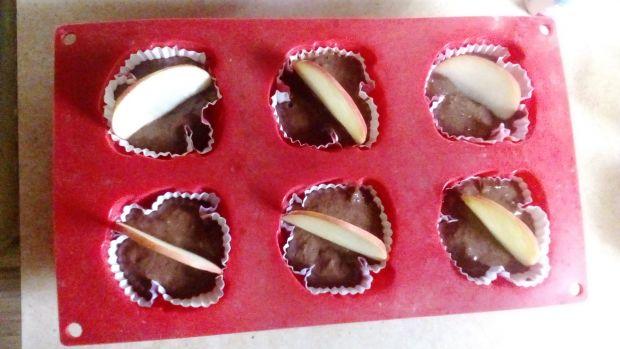 Mufinki brownie z jabłkiem i suszoną żurawiną