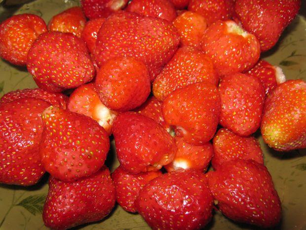 Murzynek z truskawkami śmietaną