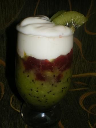 Mus z kiwi z jogurtem i dżemem