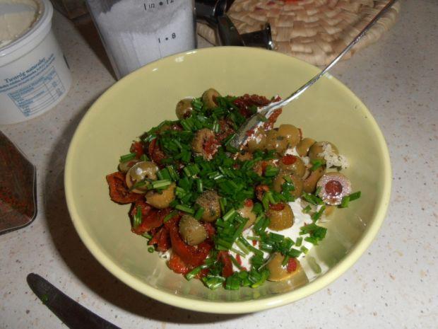 Muszle z suszonymi pomidorami i oliwkami