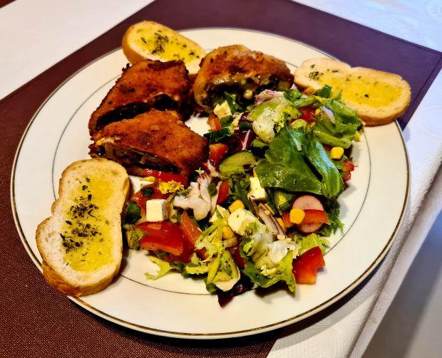 Nadziewane roladki z kurczaka z sałatką