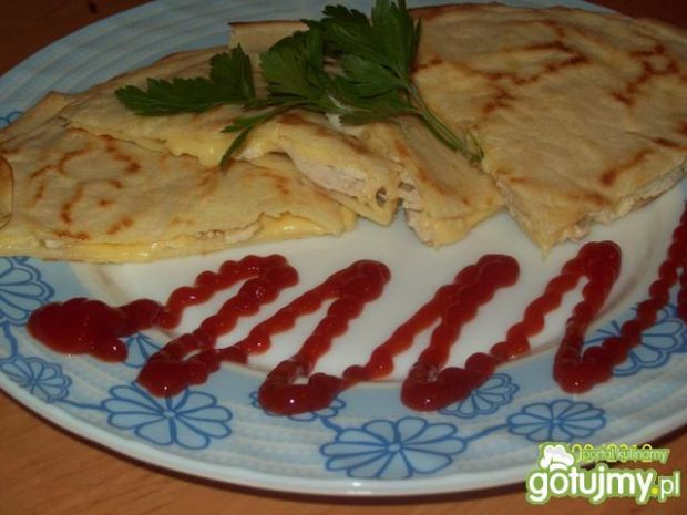 Naleśniki z kurczakiem i serem.