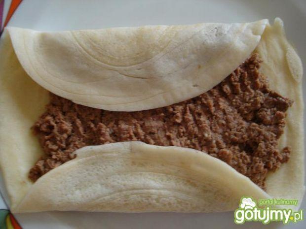 Naleśniki z mięsem i sosem paprykowym