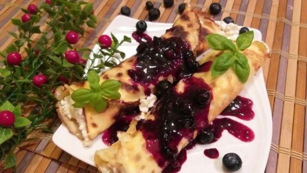 Naleśniki z serem i sosem owocowym