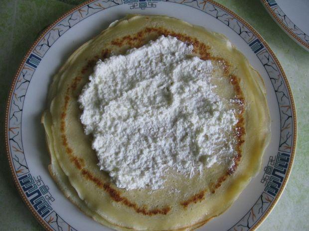 Naleśniki z serem, śmietaną i ananasem