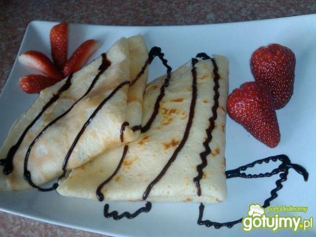 Naleśniki z truskawkami i nutą czekolady