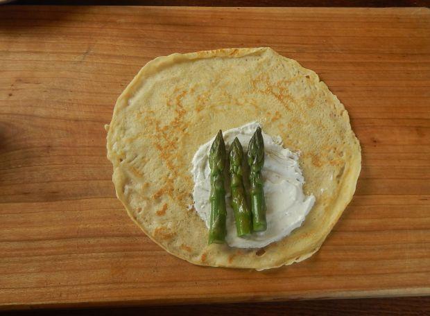 Naleśniki ze szparagami i kozim serem