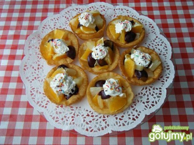 Naleśnikowe miseczki z owocową sałatką