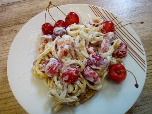 Naleśnikowe spaghetti z czereśniami
