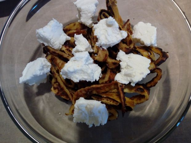 Naleśnikowy makaron z wiśniami