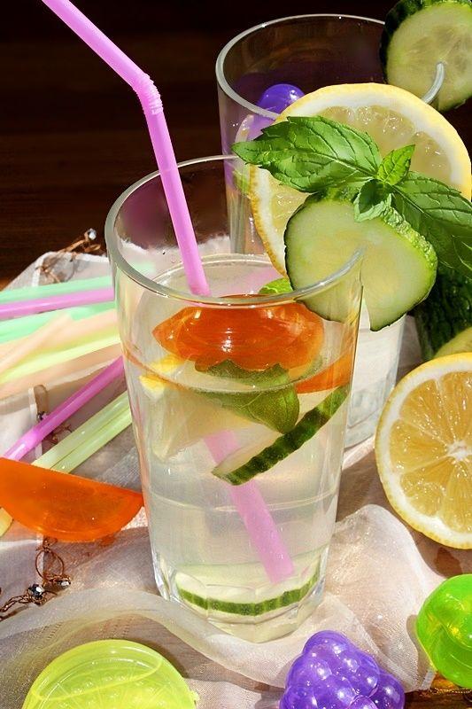 Napój izotoniczny z cytryną, ogórkiem i miętą