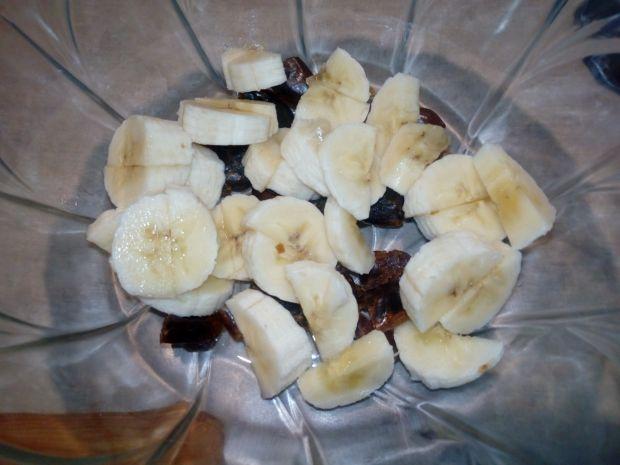 Nocna owsianka z bananem, daktylami i czekoladą