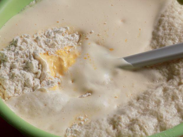 Odrywane bułeczki z truskawkami w formie ciasta