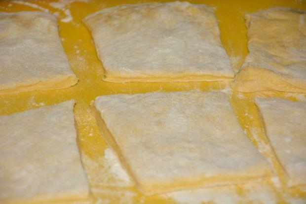 Odrywany chleb  z twarogiem, pieprzem i fetą
