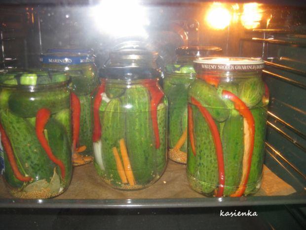 Ogórki konserwowe z papryką (korniszony)