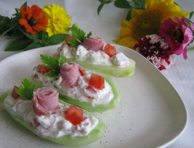 Ogórkowe łódeczki z serem pomidorem i szynką