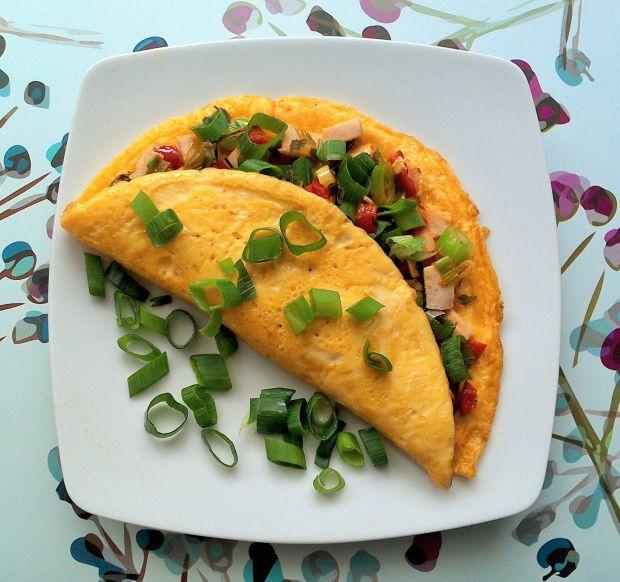 Omlet jajeczny z pieczoną piersią i papryką