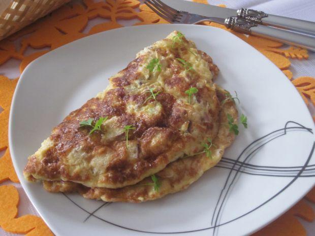 Omlet z boczkiem, serem i grzankami