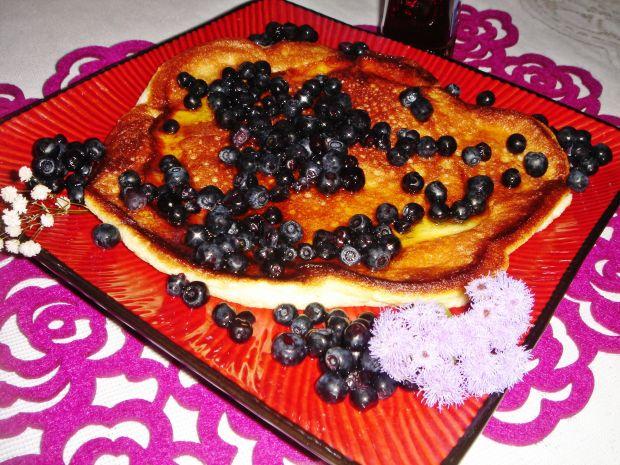 Omlet z jagodami i syropem klonowym