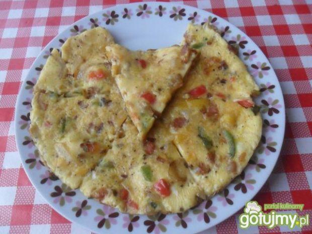 Omlet z papryką, cebulą i boczkiem