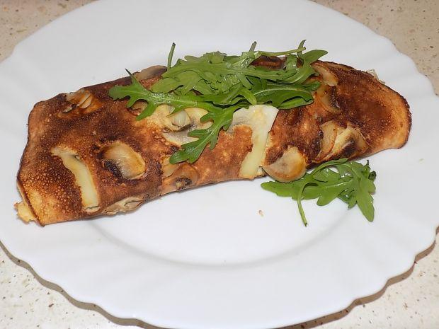 Omlet z pieczarkami, serem i rukolą