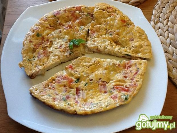 Omlet z pomidorami, mozzarellą i bazylią