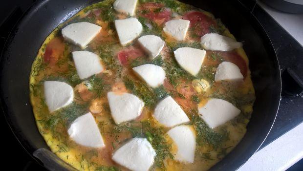 Omlet z pomidorem, mozarellą i koperkiem