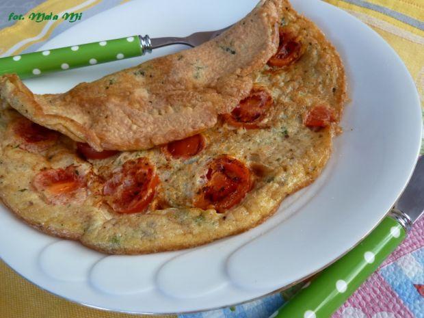 Omlet z pomidorkami koktajlowymi