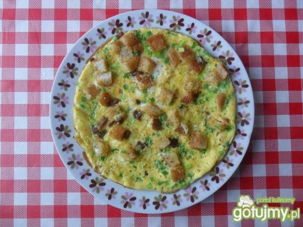 Omlet z wędzonym boczkiem i grzankami