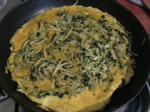 Omlet ze spaghetti i szpinakiem